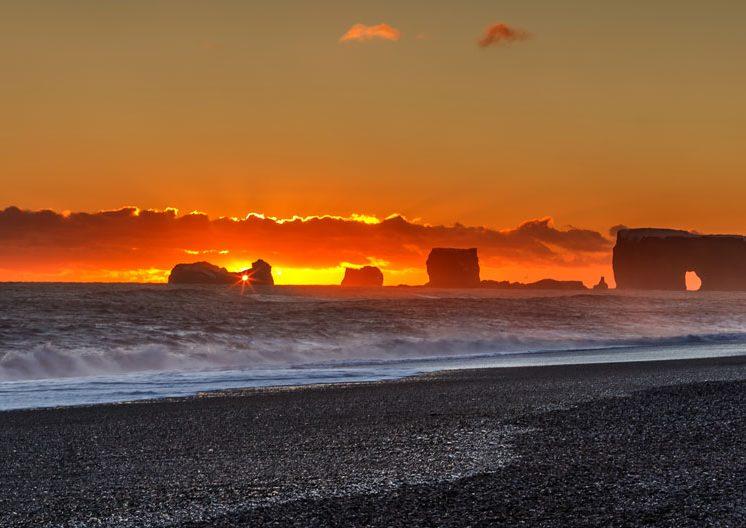 Sunset sur la plage de Vik - Islande